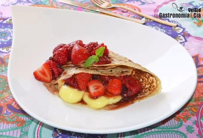 Crepes rellenas de crema, fresas y frambuesas