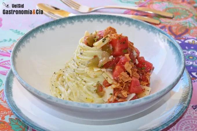 Espaguetis cremosos con tomate y jalapeños
