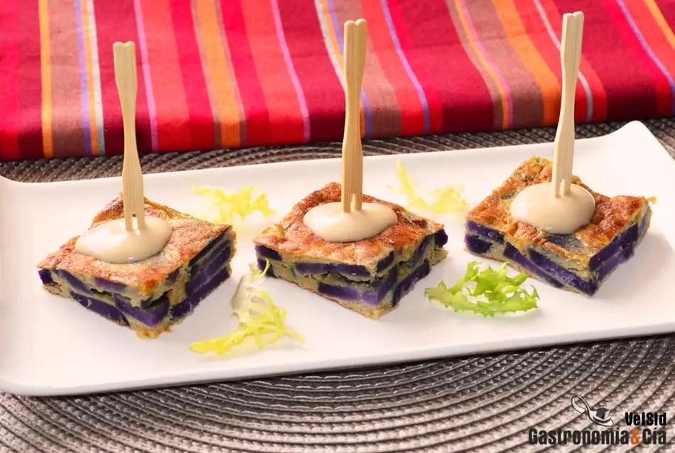 Pincho de tortilla de patata violeta con cebolla