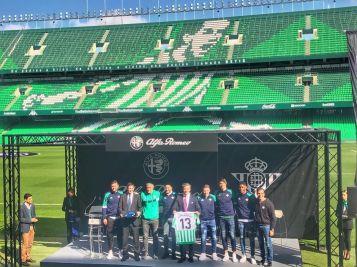 Los jugadores del Real Betis Balompié reciben sus nuevos Alfa Romeo para la temporada 2019
