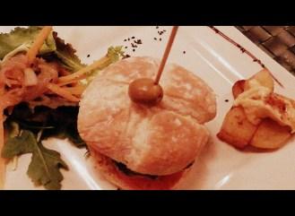 """LAs hamburguesas son algo pequeñas, las sirven con cuatro patatas bravas y un """"pellizco"""" de ensalada, desde 9€"""