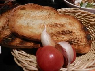 Pan tostado con tomate y ajitos