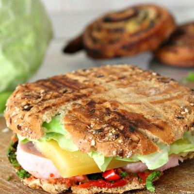 Sandwich picant cu sunca, varza si leustean