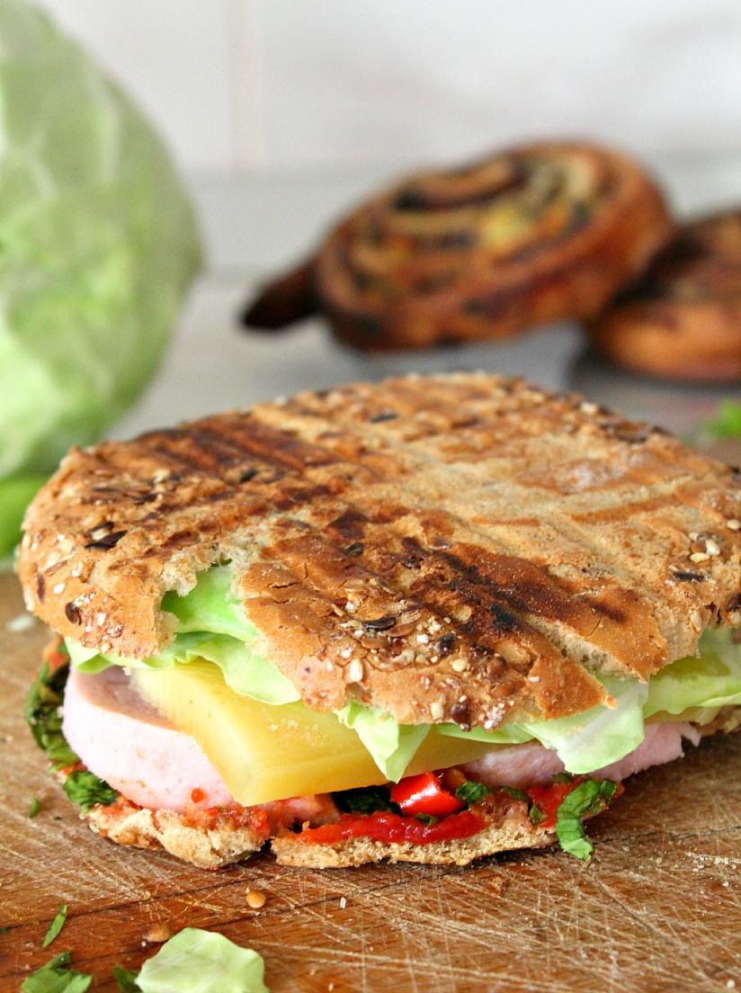 Sandwich cu sunca si cascaval