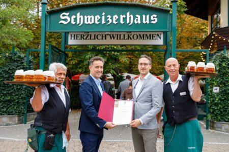 schönster Gastgarten Wiens Überreichung Goldener Schani 2021: Spartenobmann Markus Grießler (l.) und Schweizerhaus Junior Chef Karl Hans Kolarik