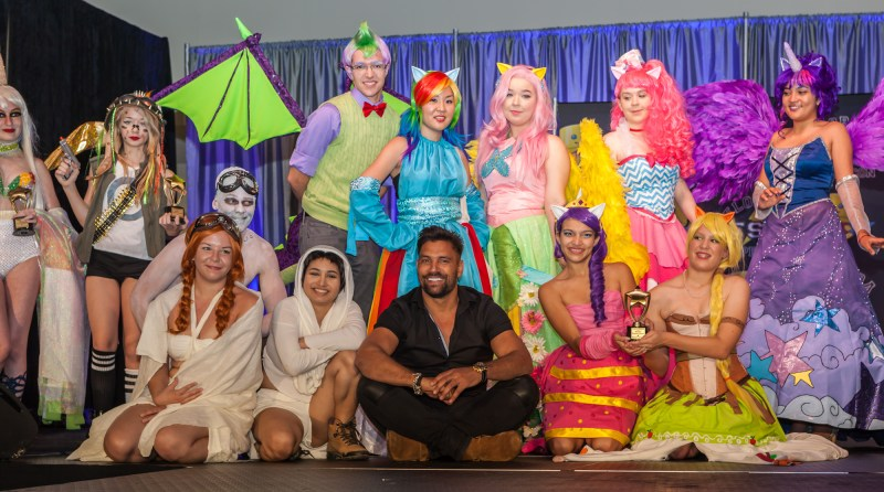 Winner of Thursday's Costume Contest with Manu Bennett