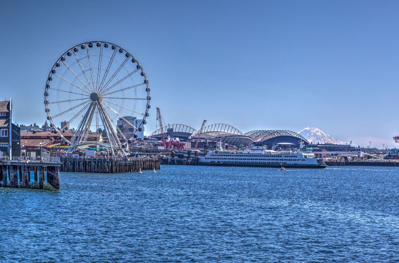 Seattle Great Wheel and Mount Rainier