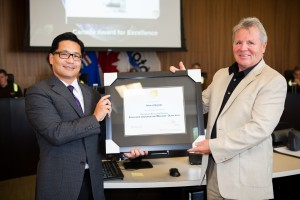 Rory Mauricio, Excellence Canada Executive Director for Alberta, presenting the award to Rick Quail, Municipal Manager