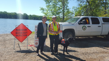 Minister Phillips meets Hilo, Alberta's newest watercraft inspector