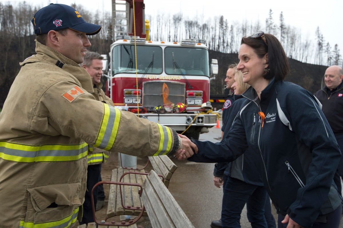 Premier Rachel Notley and Municipal Affairs Minister Danielle Larivee joined Fort McMurray firefighters to greet returning residents. (photography by Chris Schwarz/Government of Alberta)