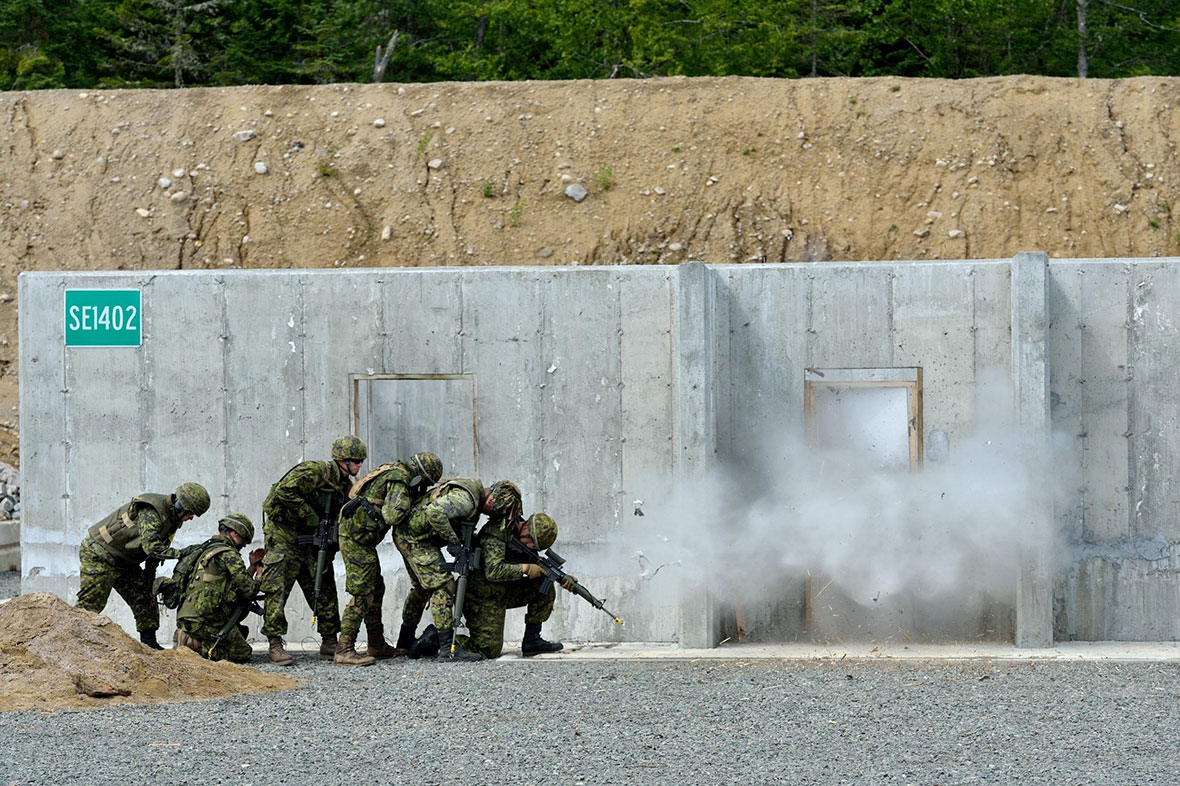 August 7, Québec, Canada Combats engineers from 34 and 35 Combat Engineer Regiments practice explosive breaching during exercise NOBLE GUERRIER 2016, an exercise involving 34 and 35 Canadian Brigade Group reservists at 2nd Canadian Division Support Base Valcartier from August 5 to 14, 2016. Photo: MCpl Valérie Villeneuve, 35 CBG HQ