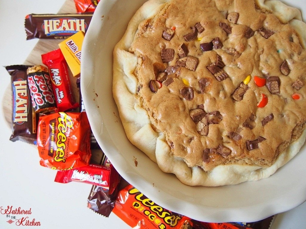 Have leftover Halloween candy? Chop it up and make this delicious leftover Halloween candy pie!