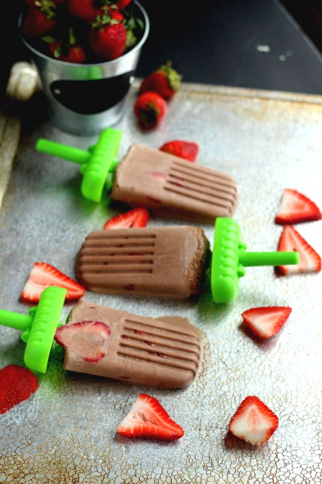 Strawberry Nutella Popsicles ~ Perfect summer ice pops made using only 3 ingredients; fresh strawberries, Nutella and milk. Refreshing cold treat bars, great for the kids.