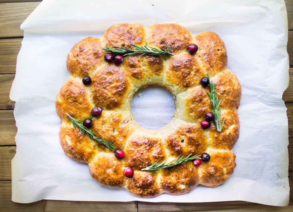 cranberry-brie-stuffed-brioche-wreath-1024x741