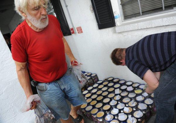 Foi necessária a ajuda de diversos voluntários da Gulf Animal para carregar as moedas, que pesavam mais de 1 tonelada.