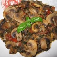Ciuperci champignon cu ceapă verde, roșii și busuioc