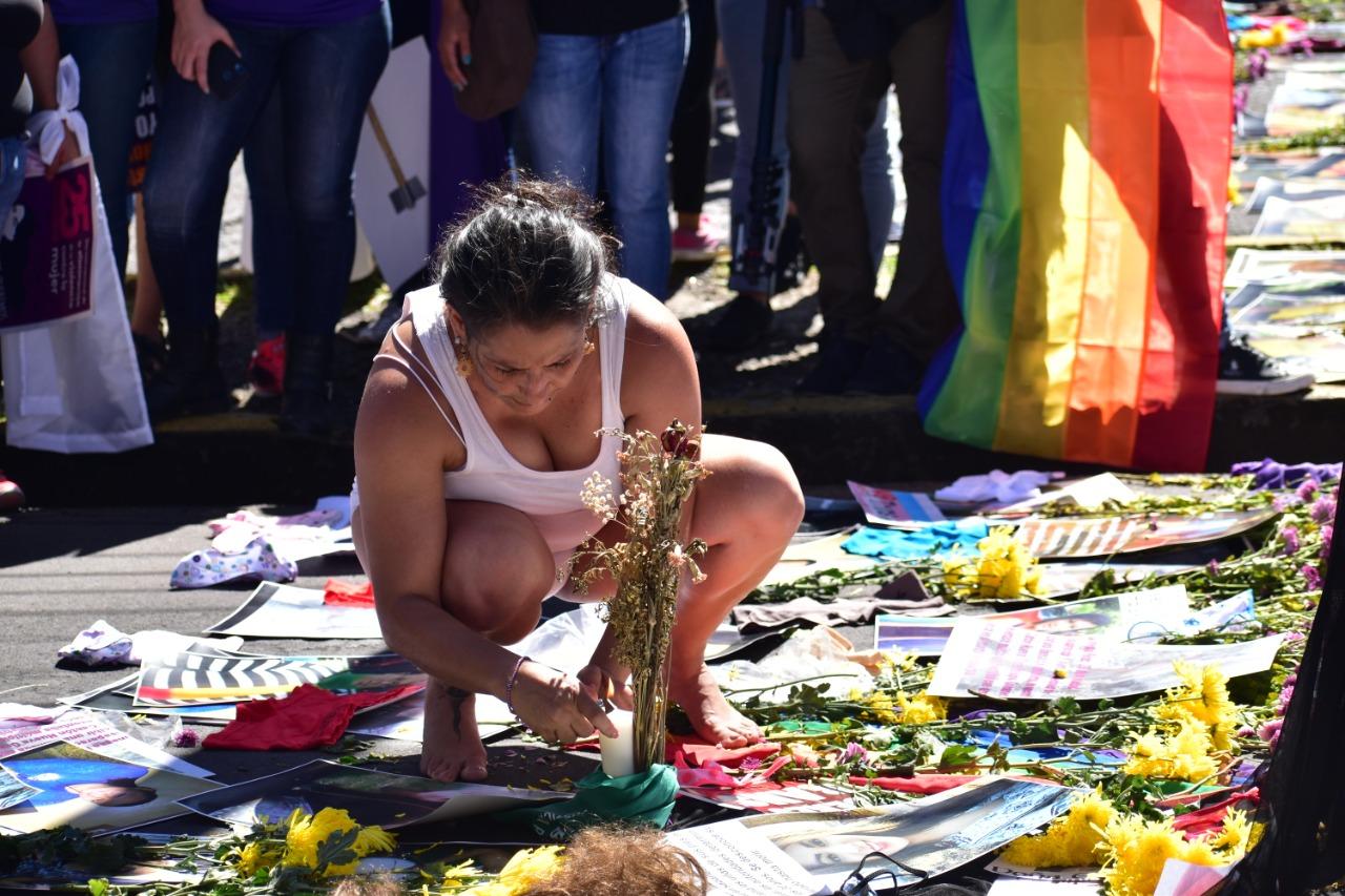 Noviembre 25, 2019 - Feminstas colocaron un altar en memoria de las 192 mujeres que han sido asesinadas durante este año en El Salvador. Foto/Émerson Flores