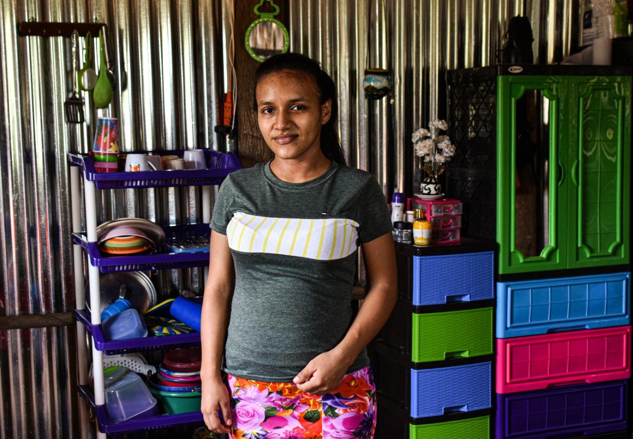 Ruth Dubón dio a luz hace menos de un mes. Vive junto a su esposo y su hijo cerca de sus padres. En su casa no hay luz eléctrica y tampoco recibió el subsidio. Su compañero  de vida estaba trabajando en construcción, pero desde que el gobierno dictaminó la cuarentena domiciliar, han dejado de percibir ingresos.