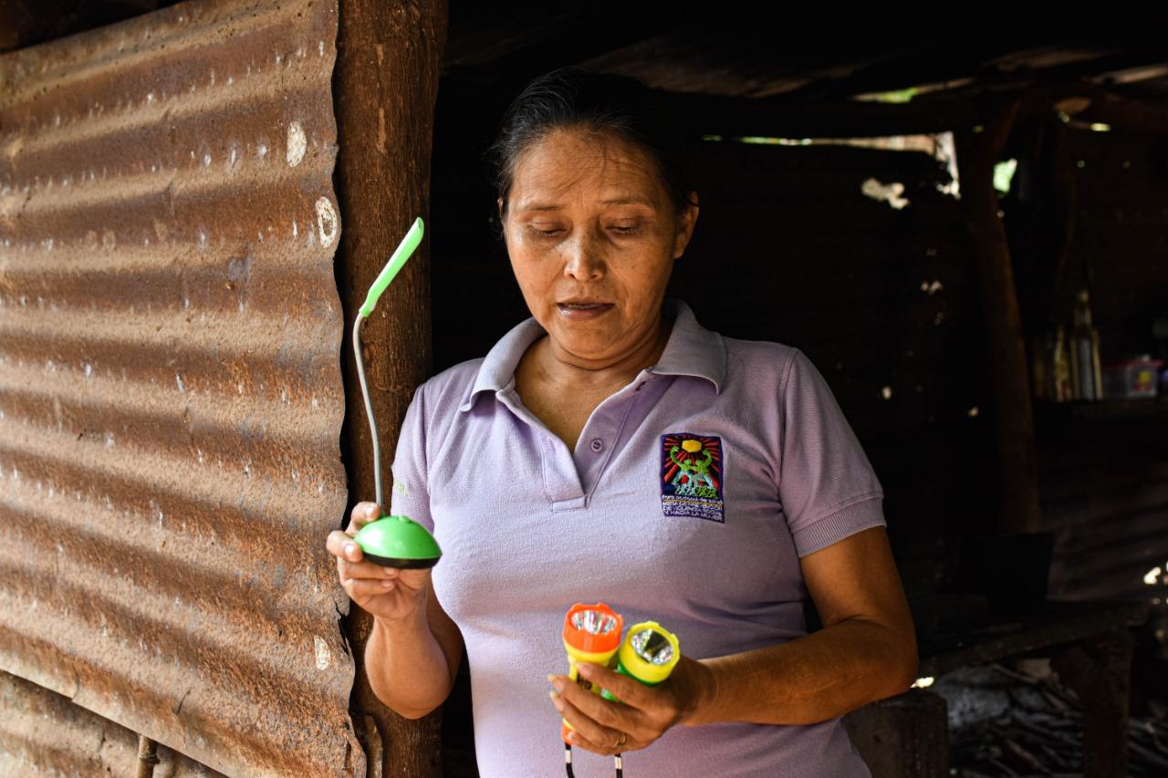 Ante la falta de energía eléctrica, la gente improvisa para iluminar sus viviendas con lámparas, candiles y candelas.