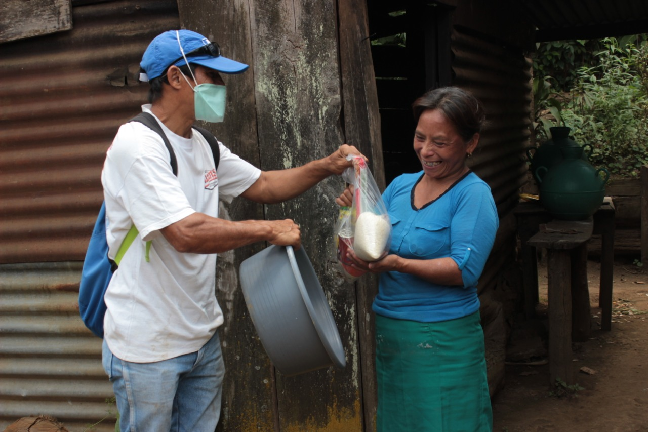 Elba Ventura recibe una donación que activistas ambientales distribuyeron en el caserío. Las 36 familias están viviendo del altruismo de terceros. Foto/Carolina Amaya.