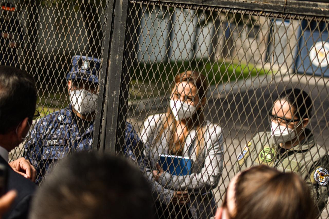 El capitán Natan Ortiz impidió el ingreso del juez Guzmán al archivo de la Fuerza Aérea. Le acompañaban dos mujeres que no quisieron identificarse. Una de ellas es asesora jurídica de la Fuerza Aérea. Foto/Emerson Flores