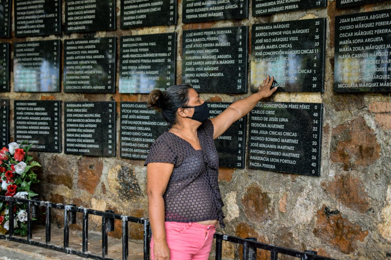 María Chicas lee los nombres de sus familiares asesinados durante la masacre de El Mozote. Ella considera que es importante que se abran los archivos militares, para que se conozca la verdad y se haga justicia. Foto/Emerson Flores.