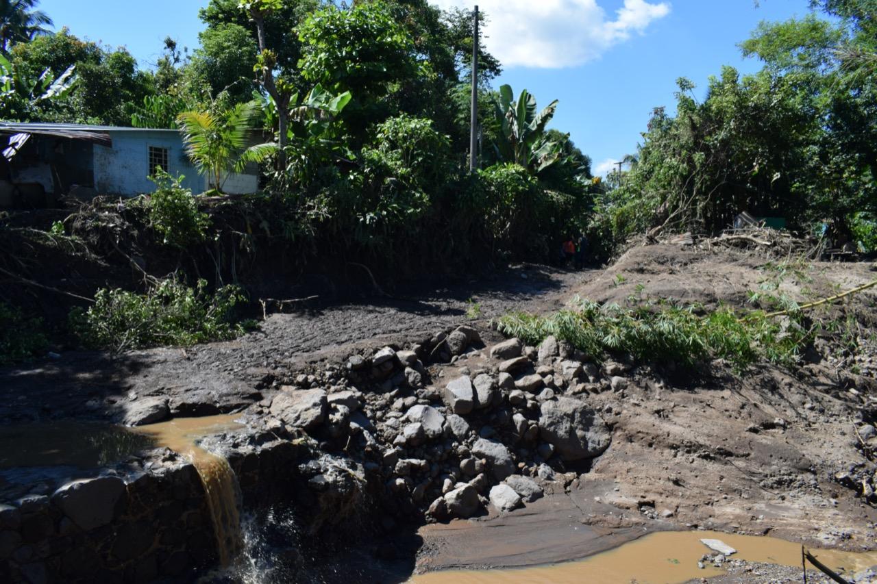 El caserío Los Angelitos 2, del cantón Los Conacastes fue de los más afectados. Las familias reportan que el deslave ocurrió entre 10:30 y 11:00 de la noche. El deslizamiento recorrió y amplió el cauce de la quebrada Santa Cristina, arrastrando lodo y grandes rocas. Foto/Carolina Amaya