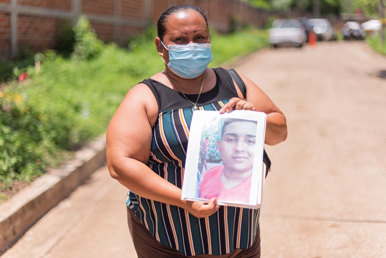 Madres de desaparecidos llegan cada día a la escena para saber si en la fosa pueden encontrar a sus hijos. Foto/Emerson Flores