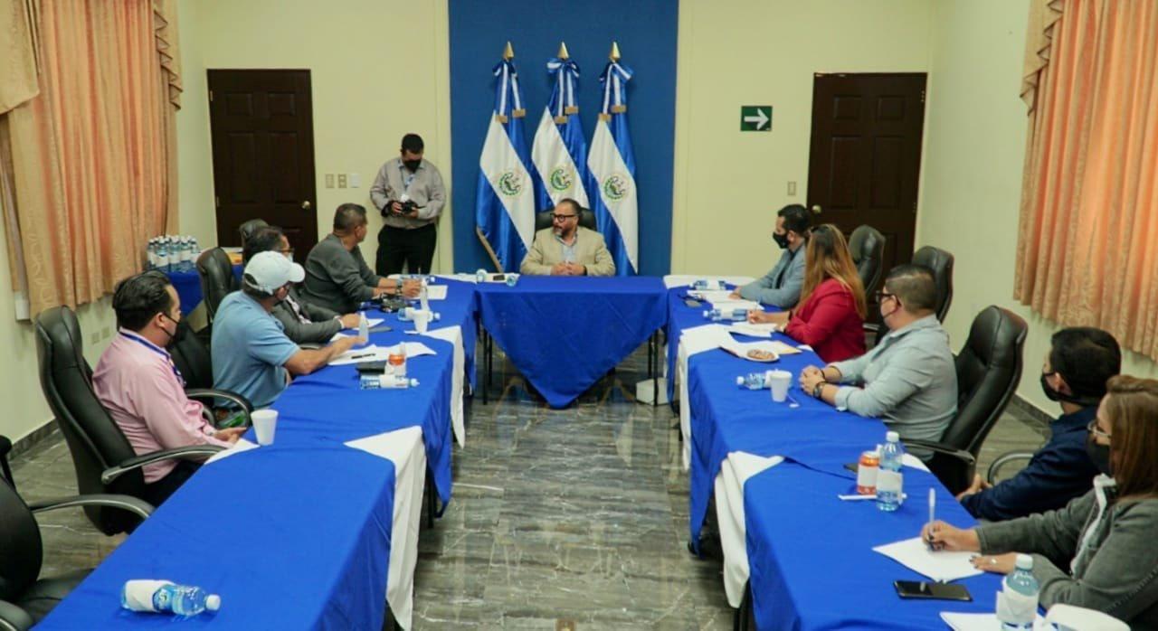 Reunión del presidente de la Asamblea, Ernesto Castro, con representantes del SEAL. Foto/Asamblea Legislativa.