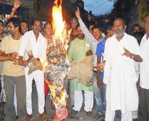 शाहजहांपुर में आसाराम की गिरफ्तारी की मांग को लेकर प्रदर्शन करते आक्रोशित लोग
