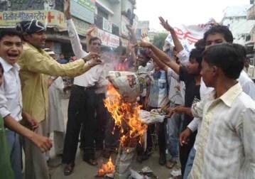 शाहजहाँपुर में आसाराम के पुतले को आग के हवाले करते आक्रोशित छात्र