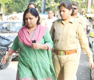 पुलिस हिरासत में भी मोबाइल हाथ में लिए रीता राजपूत
