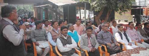 हड़ताल के दौरान बदायूं में कर्मचारियों को संबोधित करता कर्मचारी नेता