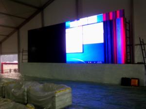मंच के पीछे लगी विशाल स्क्रीन