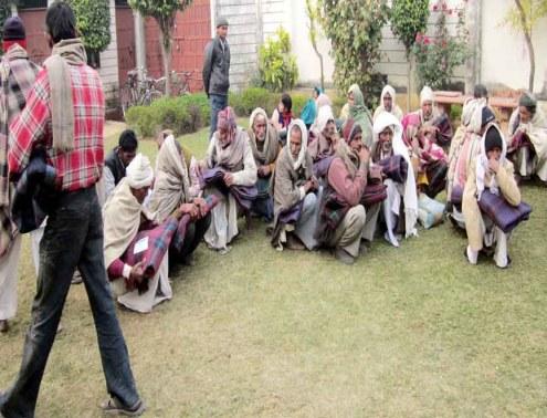 अध्यक्ष वक्फ विकास निगम (दर्जा राज्यमंत्री) आबिद रजा के आवास पर बैठे गरीब बुजुर्ग