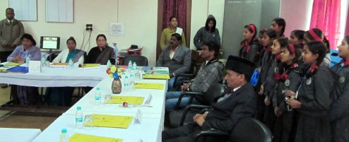 केन्द्रीय विद्यलाय में मौजूद शिक्षक और छात्र-छात्राएं