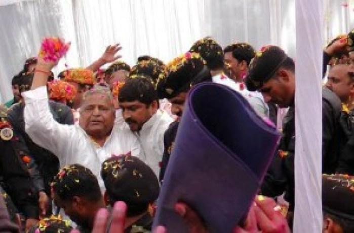 सैफई में भीड़ से घिरे सपा सुप्रीमो मुलायम सिंह यादव फूल फेंकते हुए