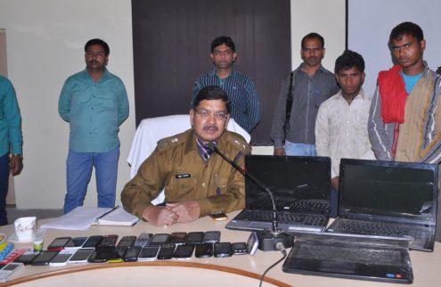 चोरी की घटनाओं का खुलासा करते एसएसपी व सामने रखा बरामद माल और पीछे खड़े चोर।