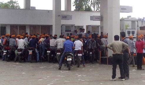 सुनीति के पेट्रोल पंप पर समूह में पेट्रोल डलवाते भगवा टोपी लगाये बाइक सवार युवा।