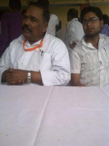 मीडिया सेंटर में बैठे पूर्व मंत्री भगवान सिंह शाक्य