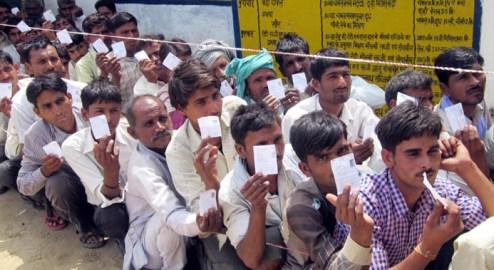 बदायूं लोकसभा क्षेत्र के गाँव महानगर में वोट डालने के लिए अपनी बारी का इंतजार करते मतदाता।