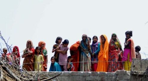 राहुल गाँधी को छत से निहारतीं महिलायें और बच्चे