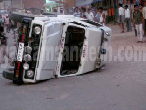 बदायूं जिले के दातागंज में बेकाबू भीड़ द्वारा तोड़ी गई पुलिस की जिप्सी।