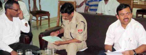 प्रभारी डीएम और एसएसपी को निर्देश देते आयुक्त के. रविन्द नायक