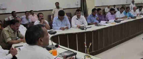 बदायूं में कलेक्ट्रेट स्थित नवीन सभा कक्ष में आयोजित बैठक में उपस्थित प्रभारी डीएम उदयराज सिंह और विभिन्न विभागों के अफसर
