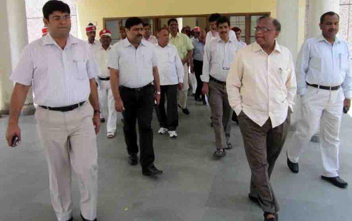 नवागत डीएम शंभूनाथ यादव ने कार्यभार ग्रहण किया