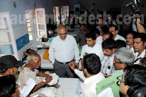 चित्रकूट और झांसी मंडल के दौरे में एक मरीज से बात करते मुख्य सचिव आलोक रंजन।