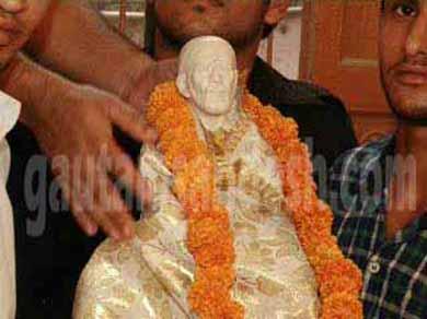 चेतावनी का असर, शिव मंदिर से साईं की मूर्ति को हटाया