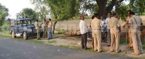 बवाल के बाद घटना स्थल तैनात पुलिस।