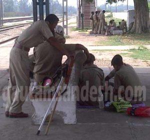 कांठ में रेलवे स्टेशन पर ताश खेलते और देखते पुलिस वाले।